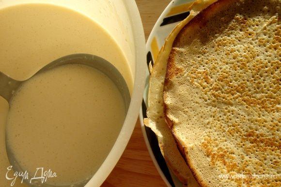Для блинов соединить муку,сахар и соль в глубокой посуде,смешать с яйцом и кефиром.Затем понемногу добавить газированной воды.В зависимости от качества муки,количество воды может уменьшаться.Консистенция теста напоминает сливки 20% жирности.Если у вас не оказалось газированной воды,то воспользуйтесь обычной.При этом в муку следует добавить 0,5 ч.л.соды.Оставить тесто на 20 минут,затем вмешать половником 1 ст.л.растительного масла.Сковороду для блинов хорошо раскалить,смазать растительным маслом только перед первым блином.Остальные выпекать на сухой сковороде.Этого количества теста хватает на 13-15 тонких и пористых блинов диаметром 23-24 см.