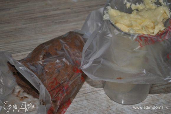 Тесто разделить пополам, в половину добавить какао и молоко. Наполнить тестом 2 кондитерских мешка с круглым отверстием.