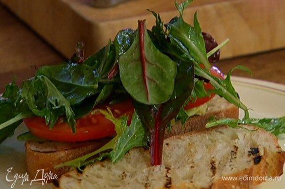 Заправить нарезанные овощи оливковым маслом и соком лимона и выложить на одну половинку чиабатты.