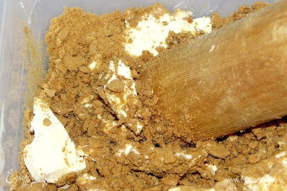 Печенье растолочь или измельчить в блендере.Соединить со сливочным маслом комнатной Т.