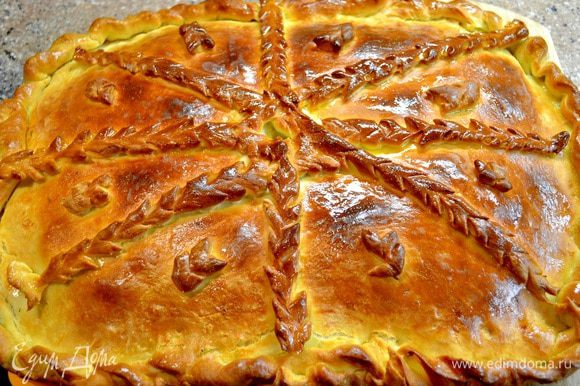 раскатываем тесто,выкладываем на противень смазанный маслом,первый слой квашеная капуста,соломкой лук репчатый,филе рыбы пропитанная специями,затем лук,зелень,капуста,полить немного ароматным подсолнечным маслом.Накрываем наш пирог раскатанным тестом ,защипываем по краям,украшаем,смазываем яйцом,в центре пирога делаем отверстие.Ставим в духовку на 30-40мин.при 180-200гр.