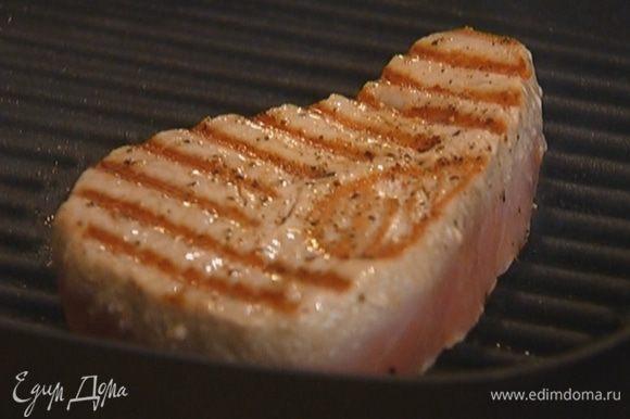 Разогреть сковороду-гриль и обжаривать рыбу по 2–3 минуты с каждой стороны.