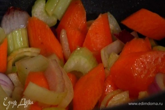 Обжаренное мясо переложить на тарелку, а в кастрюлю, где жарилось мясо, выложить морковь, лук, сельдерей и чеснок, добавить 1 ч. ложку соли, поперчить и готовить 5–10 минут.