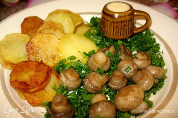 Картошка с грибами : На 2порции: ; картошины,200гр шампиньонов,зелень... Картошку чистим и обжариваем,солим. Грибы моем,жарим и солим. Можно промокнуть на салфетке от лишнего масла... Разогреваем сливки и в них распускаем натёртый сыр. Переливаем его в кружечку....