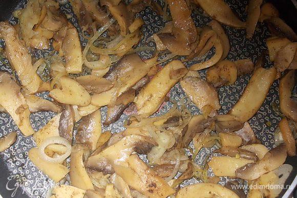 нарезанные грибы достать из банки и добавить на сковороду с луком