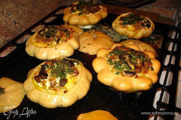 Заполняла обжаренными грибами,морковь,лук ,чеснок в дух. на10мин.Затем залила сливками и яйцом,зелень,в духовку до готовности.