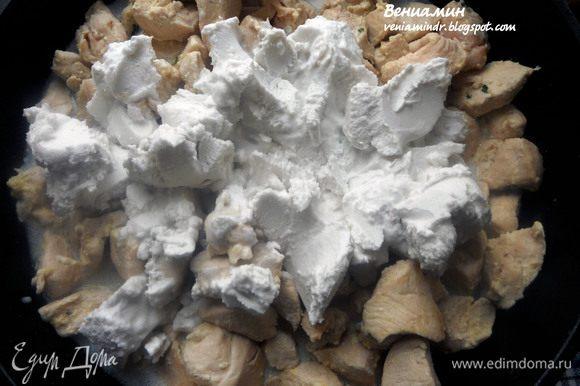 Влить кокосовое молоко (мякоть и жидкую часть), перемешать.