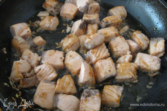 Добавить лосось, обжарить с двух сторон до готовности рыбы.