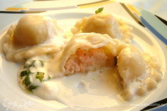 Готовые равиоли подать со сливочно-лаймовым соусом.Для этого хорошо прогреть и немного уварить сливки.Добавить сыр,цедру и соль.Равиоли с соусом присыпать резаным зелёным луком.Приятного аппетита!
