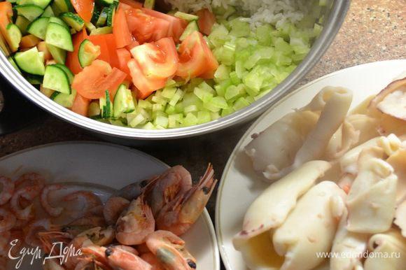 Кальмар 500гр-отвариваем 3-5мин.режем соломкой креветки 350гр. помидоры 3шт огурцы 2шт. яйца 2шт. стебли сельдерея 2ш-мелко покрошить рис 400гр.отварного. Ингредиенты на салат нарезаем,перемешать и заправить соусом.