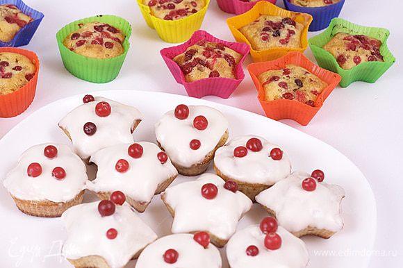 Кексы с клюквой смазать помадкой и украсить ягодами.