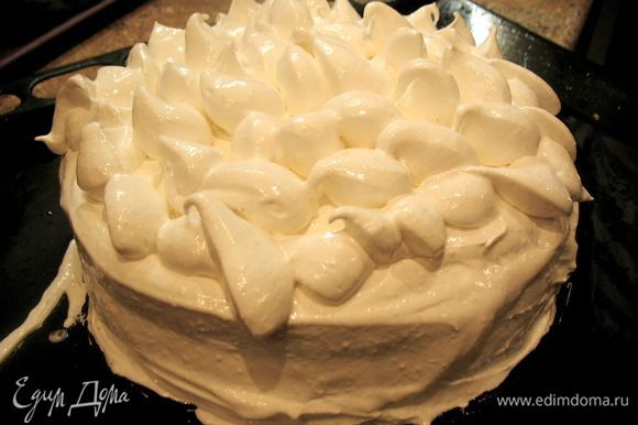 начинаем кремом смазывать наш торт. доступа воздуха внутрь не должно быть..