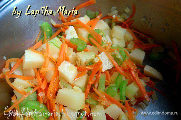 В кастрюльке, в которой будете готовить суп на небольшом количестве масла обжарить лук, морковь и сельдерей до прозрачности лука, минут 5. Добавить картофель и поджарить еще минуты 2 все вместе.