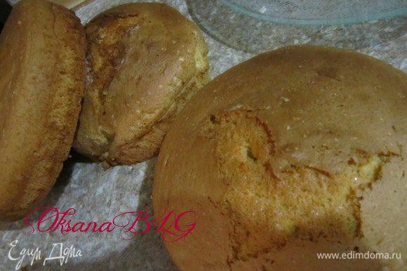 Приготовить бисквит http://www.edimdoma.ru/recipes/20733 в трех формах. 2 по 20 см и одну 16-18 см.