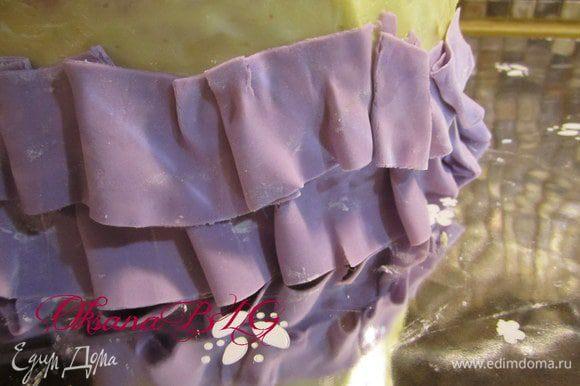 """По желанию и своему усмотрению украсить """"юбку"""". можно сделать небольшие рюшики."""