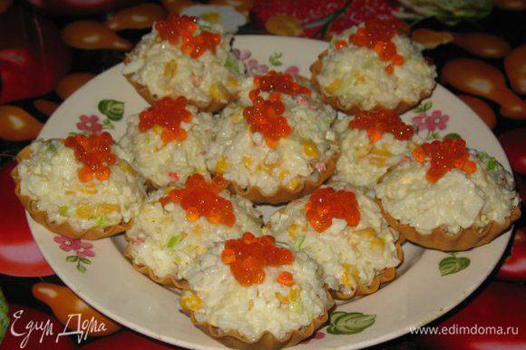 Обычный крабовый салат, только в тарталетках ,украшено икрой и вкус совсем другой!