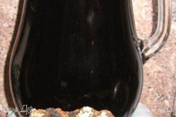 Размельчила чагу,добавила зверобой,мёд и залила кипятком до остывания.