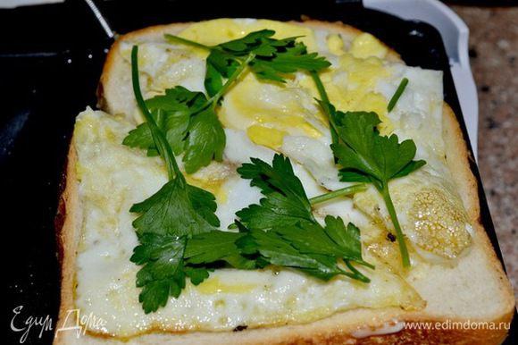 в)готовое яйцо с зеленью закладываем между булкой и поджариваем в сэнгвичнице...