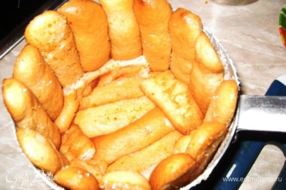 Выкладываем форму печеньем, насколько сумеем плотно и аккуратно, не оставляя свободных мест.