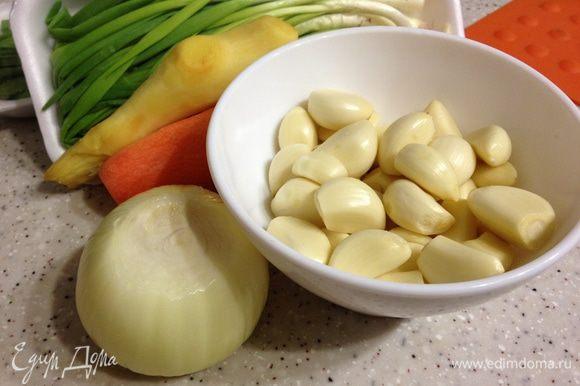 Пока солится капуста, делаем заправку. Сначала нам понадобится кусочек имбиря, луковица и целая чашка чеснока.