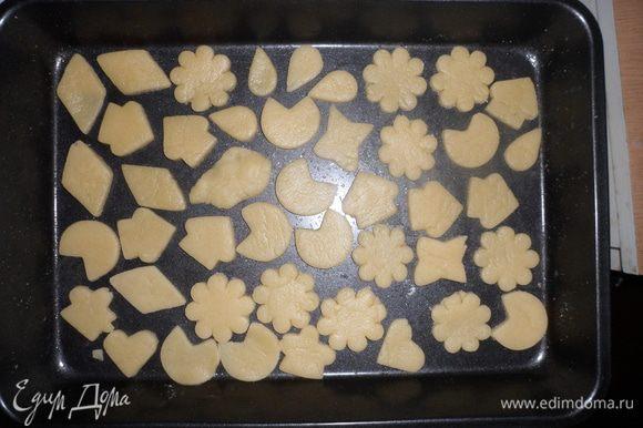 И вырезать из него формами печенье. Выложить на противень и поставить в разогретую духовку на 10-15 минут.