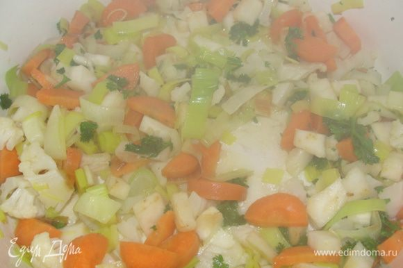 Чистим оствашиеся две луковицы, мелко режем их. Зеленый набор для супа мы будем использовать для поджарки. Чистим и мелко режем овощи. Обжариваем слегка в растительном масле, где готовились рулады. Подливаем немного воды, тушим овощи минут 5. Доливаем воды до 375 мл, даем закипеть. Отдельно смешиваем 20 гр муки с 3 ст.л. холодной воды, вымешиваем венчиком, чтобы была масса без комочков. Вливаем в наш овощной соус, тщательно вымешиваем. Выкладываем рулады и тушим 1 час и 30 минут.