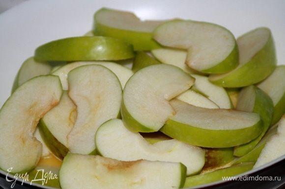 Яблоки выложить в сковороду, полить лимонным соком и немного обжарить.