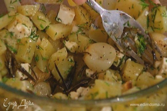 Приготовить начинку: смешать картофель с фетой, укропом, щепоткой соли и черного перца, добавить запеченный чеснок с розмарином и все вместе размять в пюре.