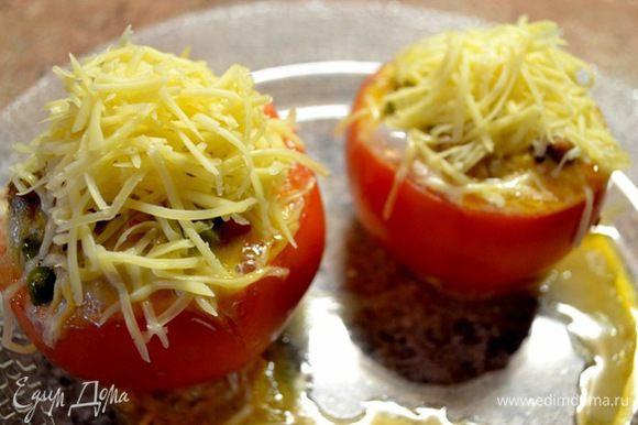 Посыпаю помидор тёртым сыром... ставлю в микроволновку ещё на пару минут....до готовности....