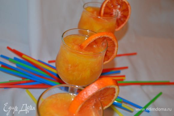 Приготовление: Желатин замочить в воде комнатной температуры. Из 4 апельсинов отжать сок и положить в него фруктозу. Из апельсина, мандарина, гранатомеля вырезать филе, то есть мякоть между пленками. Оставшийся гранатомель нарезать кружочками для украшения. Желатин после набухания, распускаем в микроволновке и вливаем в сок. Раскладываем фрукты по бокалам и заливаем соком. Украшаем и убираем в холодильник до застывания. МИР ВАМ!