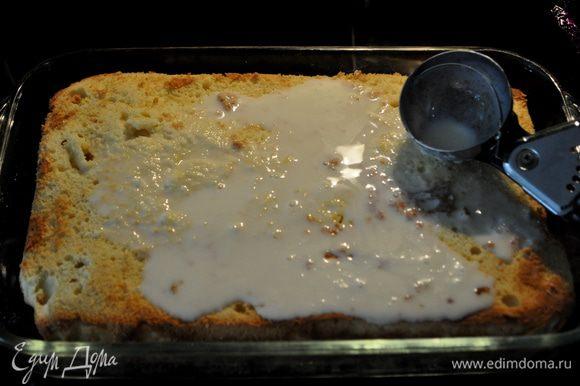 Положить его назад в форму, наколоть спичкой, залить половиной молочной смеси. Убрать в холодильник для пропитки на ночь.