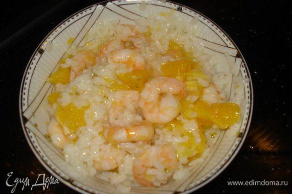 соединяем рис,апельсин,креветки,изюм, миндаль и заправляем соусом. Отправляем начинку в холодильник на 30 мин.