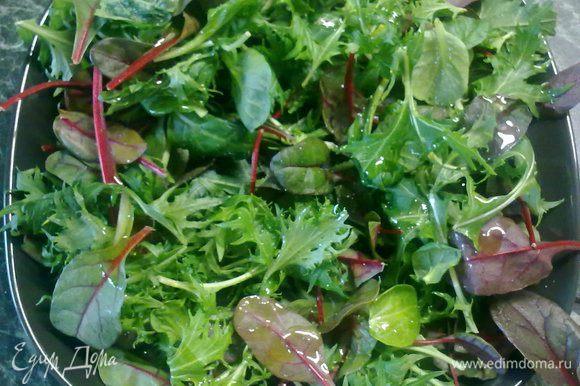 Вынуть из духовки , дать отдохнуть. На блюдо выложить листья салата, полить их оливковым маслом. Выложить на них курицу.