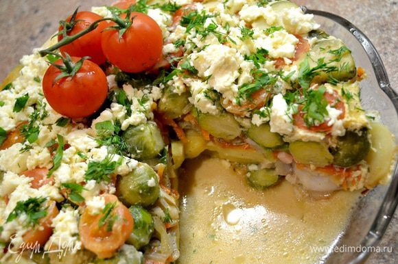 Посыпать сверху сыром,украсить зеленью и помидорчиками. На всё приготовление ушло 1,5часа(используйте сразу несколько сковородок).А кому лень слегка обжарить продукты,выкладываем слоями в сковородку...заливаем соусом и ставим на газ на средний огонь до готовности.