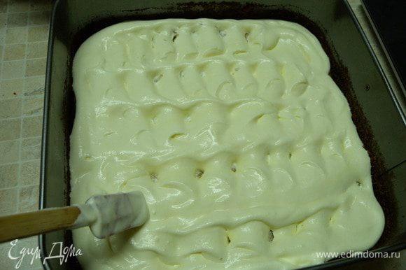 Крем делам на 2 части. Коржи пропитываем сиропом. Формируем торт в форме.