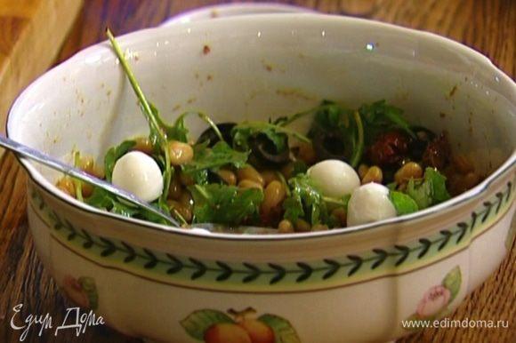 Полить салат заправкой и перемешать. Сверху выложить шарики моцареллы.