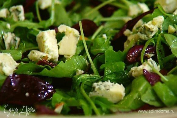 Оставшийся сыр добавить в заправку, растереть все вместе и полить салат.