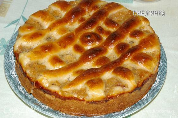 Готовому пирогу даем немного остыть и вынимаем из формы.