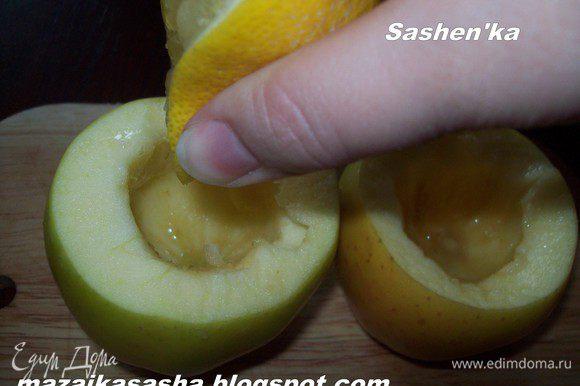 Выжимаем в яблоки (2 шт.) сок половинки лимона. возьмите зубочистку и наколите кожу яблока примерно через каждые полтора см. Но без фанотизма. Это поможет сохранить форму при приготовлении.)