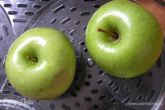 """накрыть """"крышечкой"""", поставить в пароварку и готовить около 20 минут. ***Если будете использовать другой сорт яблок, времени может понадобиться гораздо меньше, следите за процессом ;)"""