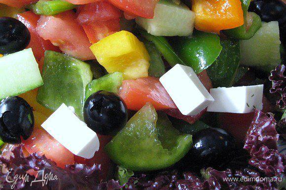 Помидоры,огурцы,перец,фету нарезаем кубиками. Оливки можно порезать кружочками.Я положила их целыми.заправляем салат оливковым маслом,чуть присолить.