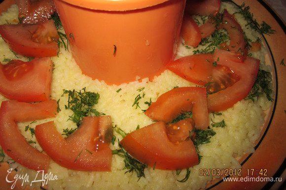 Сверху порезанную дольками помидорку,которая у нас еще осталась.Свежий помидор в блюде очень выигрывает перед тушеным!