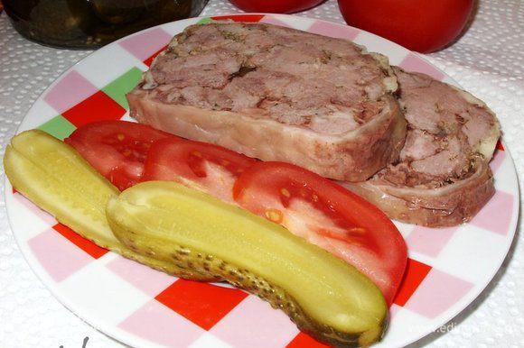 Острым ножом нарезать Ветчину, положить на тарелочку, добавить свежие помидоры и солёные огурчики. Всё готово! Позвать главного дегустатора отведать ветчинки. Приятного аппетита!