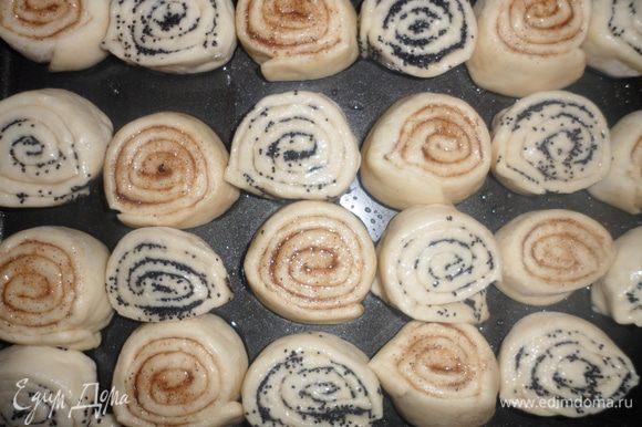 Выкладываем булочки на смазанный маслом противень, смазываем желтком и ставим в разогретую духовку до 200 градусов и выпекаем 20-30 мин.