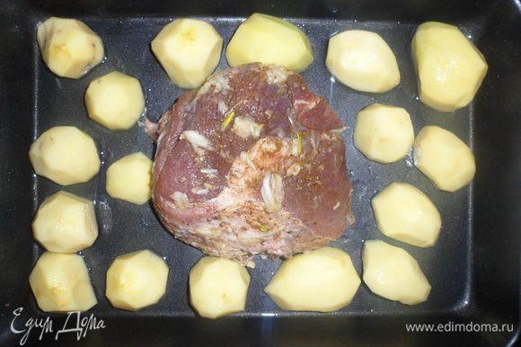 Противень смазать растительным маслом, выложить мясо и картофель. Картофель смазать майонезом. И поставить в духовку на 1,5 часа.