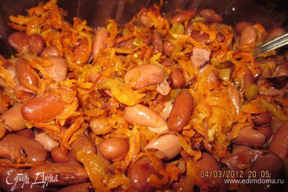 Добавить обжаренную морковь с луком,помидор, порезанный кубиками.