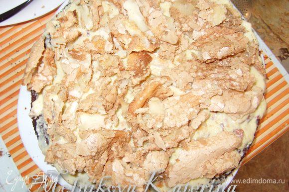 Собрать торт. На дно выложить корж, смазать кремом. Затем выложить на крем часть раскрошенного безе.
