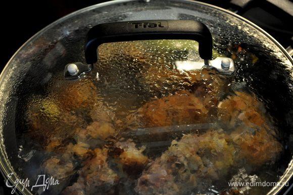 Добавить бульон,закрыть крышкой и готовить примерно 45мин. на сред.огне.