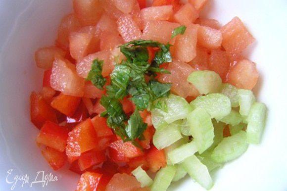 В отдельную посуду выложить нарезанный кубиками помидор (предварительно очищенный от кожицы), добавить нарезанный перец и сельдерей, присолить, добавить мелко нарезанные листики мяты, перемешать.