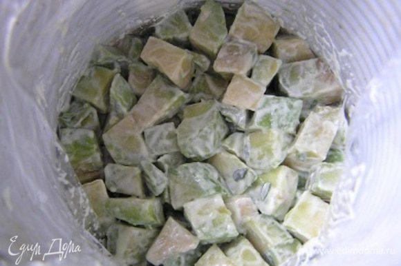 Затем неспеша собрать салат в кольца (у меня 2, которые я застелила пищевой пленкой). Для этого выложить салат из авокадо, разровнять, аккуратно прижимая ложкой.